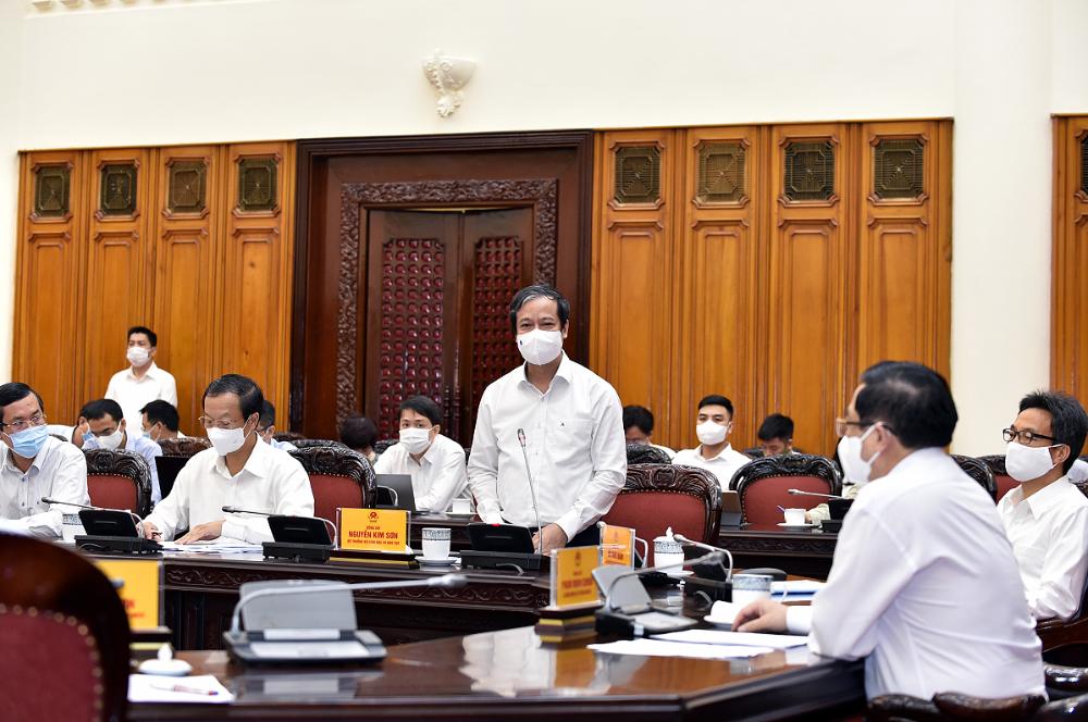 Bộ trưởng Bộ Giáo dục và Đào tạo Nguyễn Kim Sơn báo cáo Thủ tướng Chính phủ. Ảnh VGP/Nhật Bắc