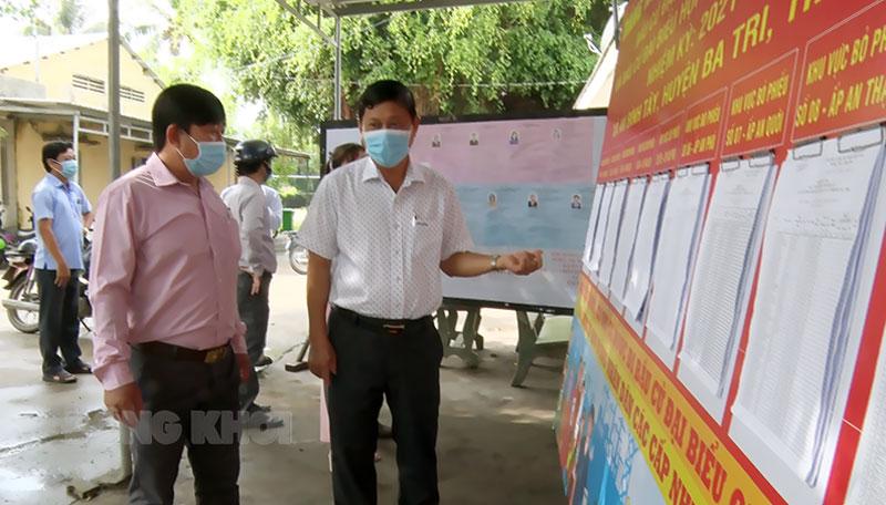 Bí thư Huyện ủy Võ Văn Phê kiểm tra công tác chuẩn bị bầu cử ở An Bình Tây. Ảnh: Trần Xiện