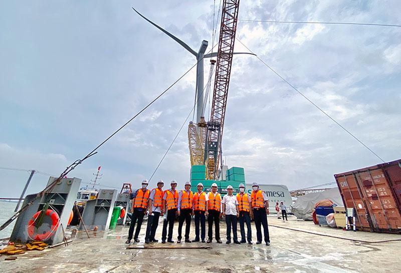 Chủ tịch UBND tỉnh Trần Ngọc Tam (thứ 4 tứ trái qua) đến thăm nhà máy điện gió số 5.