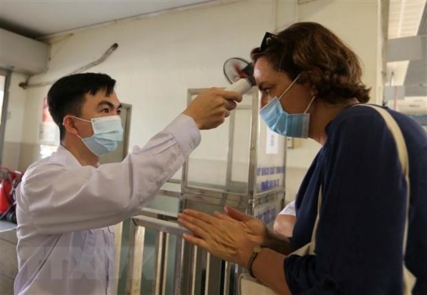 Hành khách được xịt sát khuẩn và đo thân nhiệt trước khi vào bến xe khách ở Hà Nội (ảnh chụp chiều 6-5-2021). Ảnh: Hoàng Hiếu/TTXVN