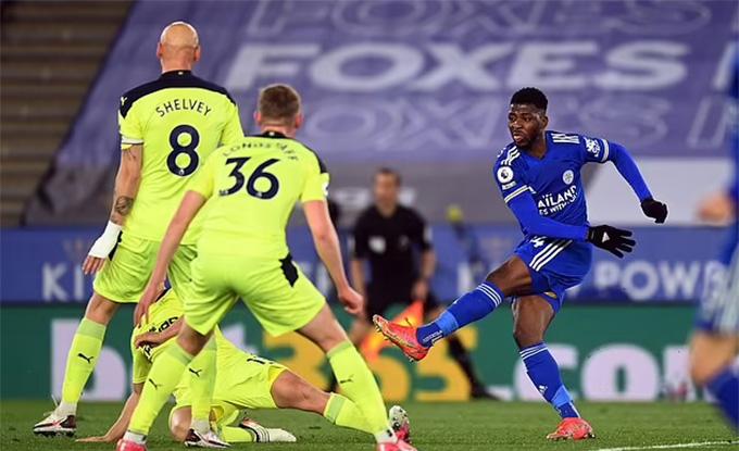 Iheanacho có bàn ấn định tỷ số thua 2-4 cho Leicester