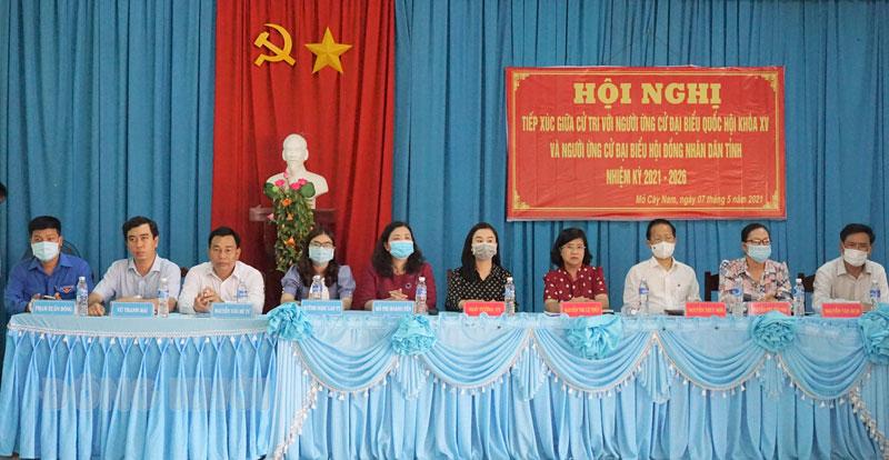 Các ứng cử viên đại biểu Quốc hội khóa XV và đại biểu HĐND tỉnh, nhiệm kỳ 2021 - 2026 tiếp xúc cử tri tại xã Tân Trung, huyện Mỏ Cày Nam. Ảnh Q. Hùng
