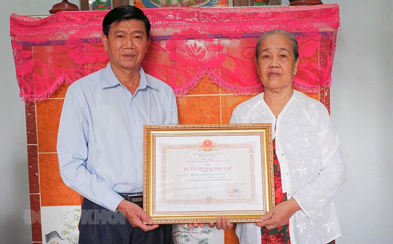 Trao Huân chương Độc lập cho gia đình ông Huỳnh Văn Hương, bà Huỳnh Thị Lùn.