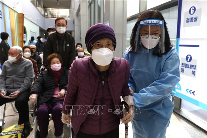 Một địa điểm tiêm chủng vaccine ngừa COVID-19 tại Seoul, Hàn Quốc. Ảnh: AFP/TTXVN