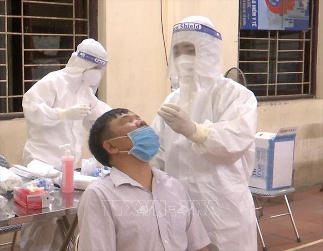Người dân xã Mão Điền, huyện Thuận Thành được lấy mẫu xét nghiệm SARS-CoV-2 ngay trong đêm 7-5.