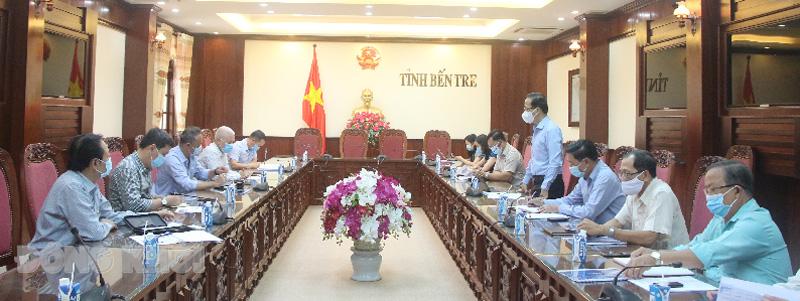 Phó chủ tịch Thường trực UBND tỉnh Nguyễn Trúc Sơn trao đổi với lãnh Công ty  Grobest Việt Nam.
