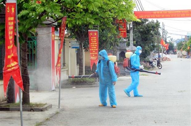 Lực lượng chức năng xã Tiên Thắng, huyện Tiên Lãng, Hải Phòng, phun thuốc khử khuẩn tại địa bàn ngay sau thông tin có ca mắc COVID-19. Ảnh: An Đăng/TTXVN