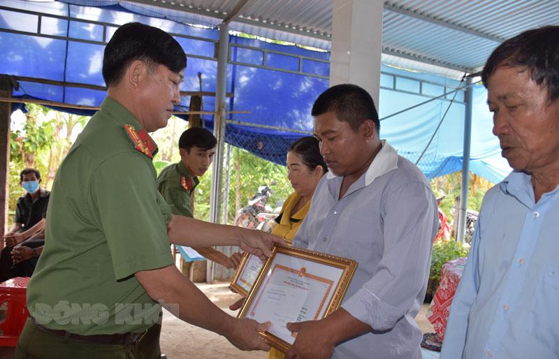 Thượng tá Võ Vũ Tiến trao giấy khen cho các cá nhân.