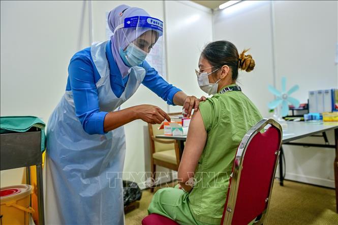 Nhân viên y tế được tiêm vaccine ngừa COVID-19 tại Serdang, gần Kuala Lumpur, Malaysia, ngày 4-3-2021. Ảnh: THX/TTXVN