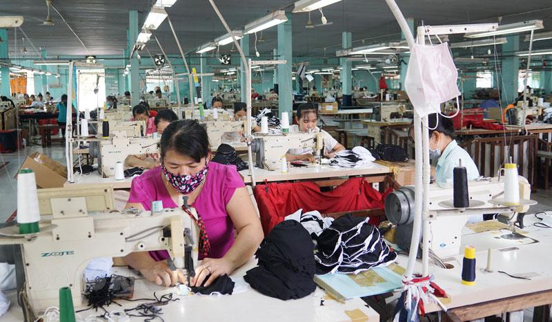 Các cơ sở sản xuất trên địa bàn huyện Giồng Trôm đã giải quyết việc làm cho nhiều lao động nông thôn. Ảnh: Ánh Nguyệt