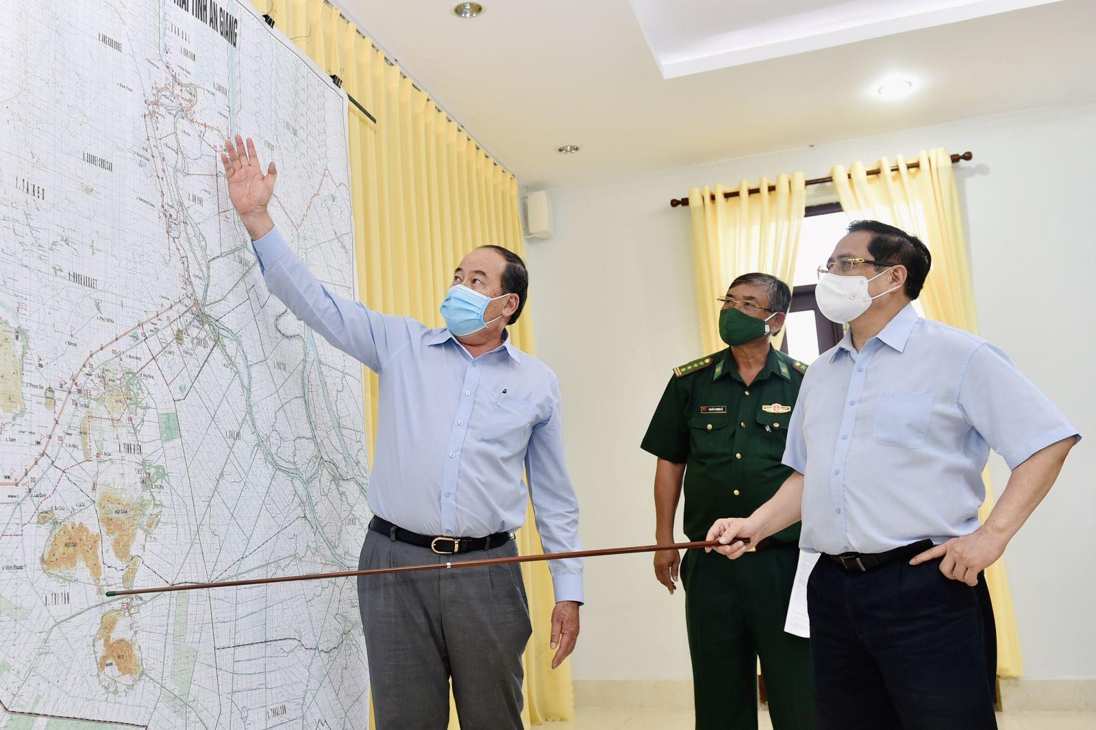 Thủ tướng Phạm Minh Chính nghe báo cáo về tình hình phân bổ các chốt kiểm soát của Bộ đội Biên phòng tỉnh An Giang. Ảnh: VGP/Nhật Bắc