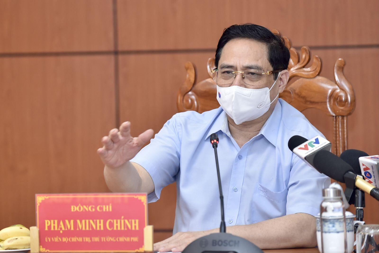 Thủ tướng Phạm Minh Chính phát biểu tại cuộc họp khẩn về phòng chống dịch COVID-19 tại đầu cầu trụ sở UBND tỉnh An Giang. Ảnh: VGP/Nhật Bắc