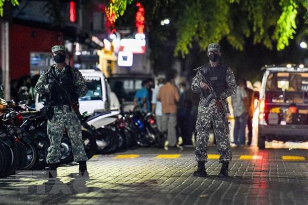 Binh sỹ Maldives gác tại hiện trường vụ nổ ở thủ đô Male ngày 6-5-2021. (Nguồn: AFP/TTXVN)