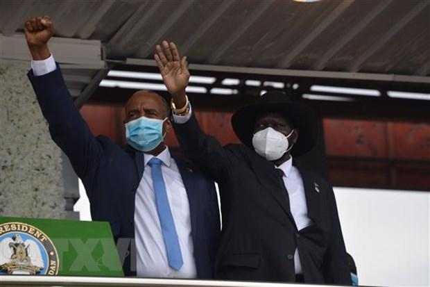 Chủ tịch Hội đồng quân sự chuyển tiếp Sudan Abdel Fattah Al-Burhan (trái) và Tổng thống Nam Sudan Salva Kiir tại lễ ký thỏa thuận hòa bình cuối cùng giữa Chính phủ Sudan và các nhóm vũ trang ở Juba (Nam Sudan) ngày 3-10-2020. (Nguồn: THX/TTXVN)