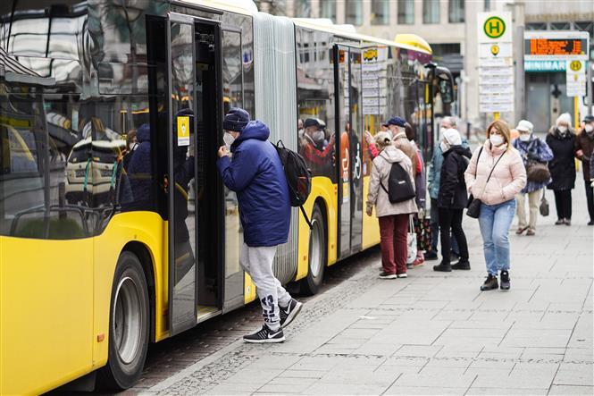 Người dân đeo khẩu trang phòng dịch COVID-19 tại Berlin, Đức, ngày 12-4-2021. Ảnh: THX/ TTXVN