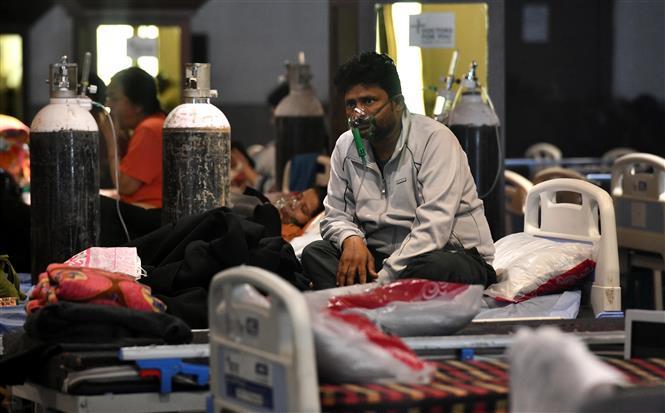 Bệnh nhân COVID-19 được điều trị tại một khu cách ly ở New Delhi, Ấn Độ ngày 8-5-2021. Ảnh: THX/TTXVN