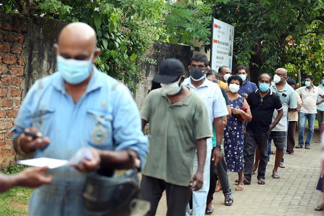 Người dân xếp hàng chờ tiêm vaccine phòng COVID-19 tại Kalutara, Sri Lanka, ngày 8-5-2021. Ảnh: THX/ TTXVN