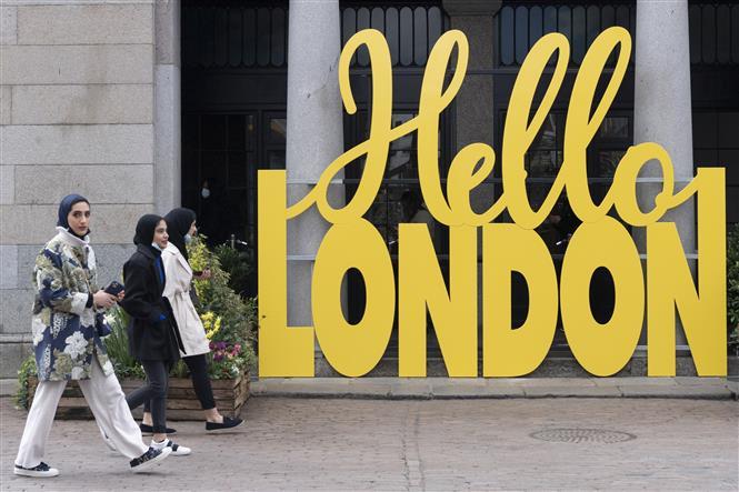Người dân đi dạo tại London, Anh, ngày 12-4-2021. Ảnh: THX/ TTXVN