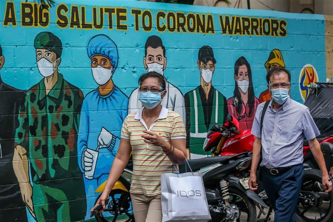 Người dân đeo khẩu trang phòng dịch COVID-19 tại Manila, Philippines, ngày 14-4-2021. Ảnh: THX/ TTXVN