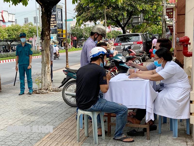 Lực lượng y tế, công an phường Phú Khương kiểm tra nhắc nhở việc đeo khẩu trong phòng chống dịch.