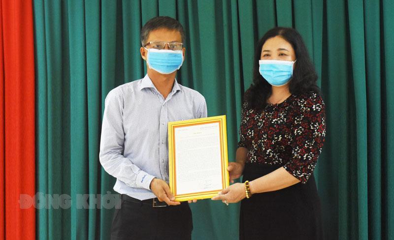 Phó bí thư Thường trực Tỉnh ủy Hồ Thị Hoàng Yến trao thư khen cho Tổng Biên tập Báo Đồng Khởi.