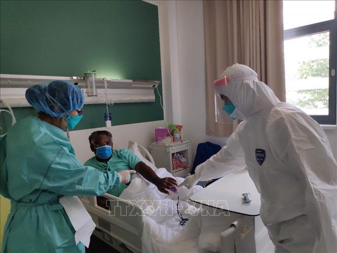 Nhân viên y tế điều trị cho bệnh nhân mắc COVID-19 tại bệnh viện ở Viêng Chăn, Lào. Ảnh: THX/TTXVN
