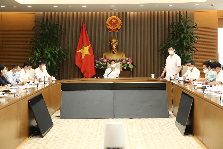 Bộ trưởng Bộ Y tế Nguyễn Thanh Long (đứng phát biểu) cho biết phải dự trù, lường trước các kịch bản xấu hơn có thể xảy ra là tình huống cả nước có tới 30.000 ca nhiễm. Ảnh: VGP/Đình Nam