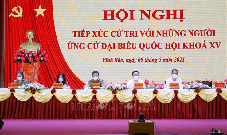 Chủ tịch Quốc hội Vương Đình Huệ và các ứng cử viên ĐBQH khóa XV Đơn vị bầu cử số 3 TP. Hải Phòng tại hội nghị tiếp xúc cử tri. Ảnh: TTXVN