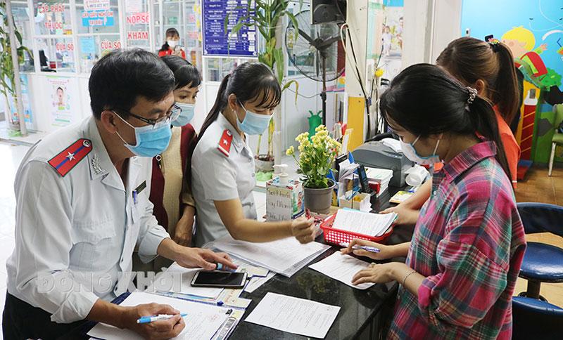 Lực lượng thanh tra Sở Y tế kiểm tra nhắc nhở thực hiện biện pháp phòng chống dịch Covid-19 tại cơ sở y tế tư nhân.