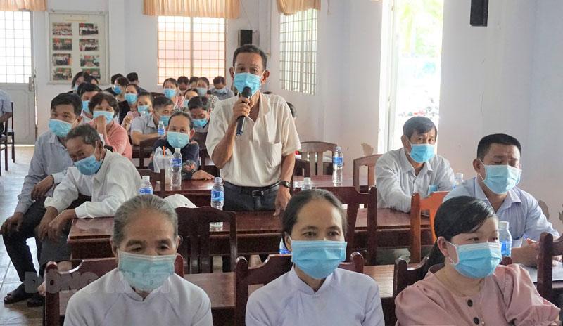 Cử tri Thạnh Phú mong muốn ứng cử viên sau khi trúng cử thực hiện đúng theo chương trình hành động đã đề ra. Ảnh Q. Hùng