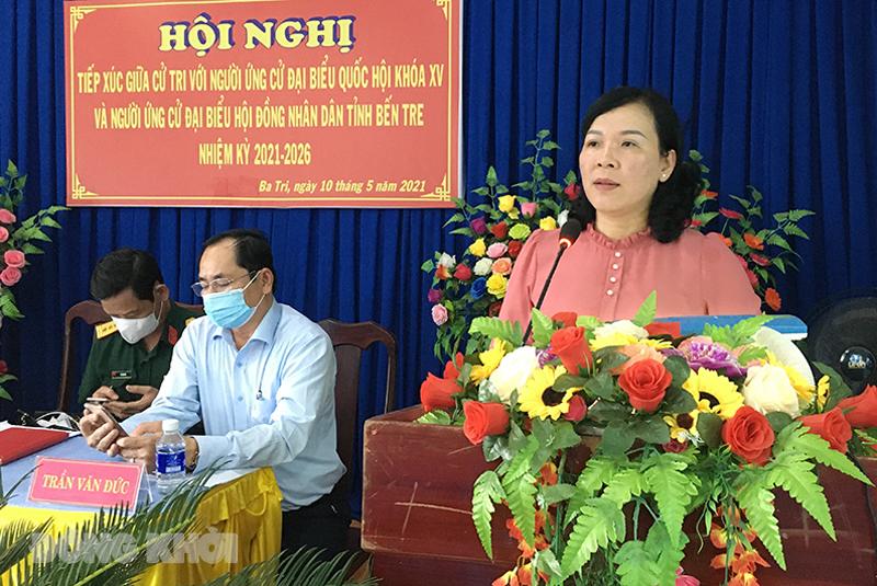 Ứng cử viên Trần Thị Thanh Lam trình bày chương trình hành động của mình trước cử tri địa phương. Ảnh: Trà Dũng.