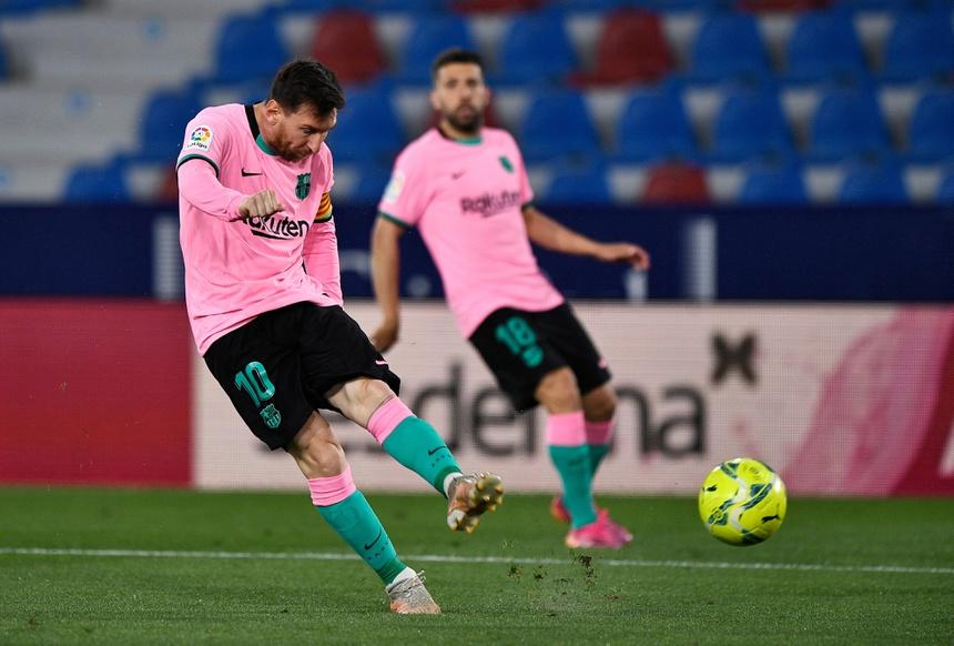 Màn trình diễn của Messi không đủ giúp Barca giành chiến thắng trên sân Estadio Ciudad de Valencia. Ảnh: Reuters