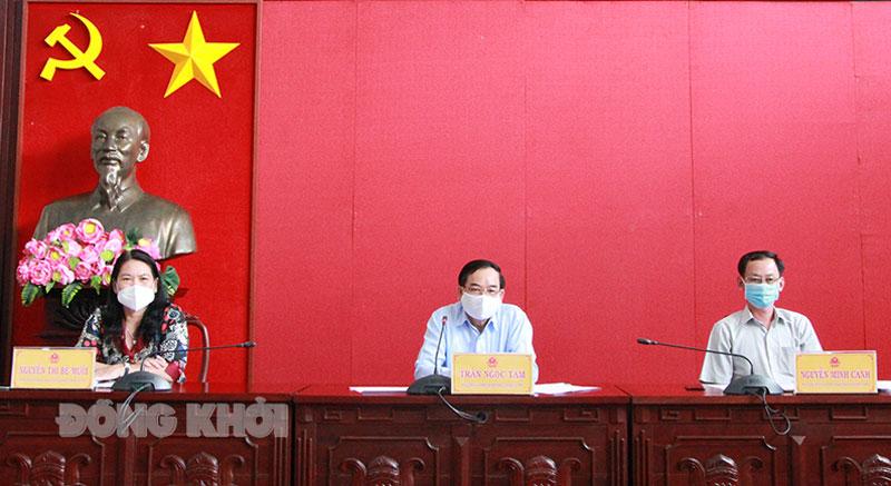 Chủ tịch UBND tỉnh Trần Ngọc Tam (giữa) chủ trì cuộc họp thành viên UBND tỉnh ngày 11-5-2021.