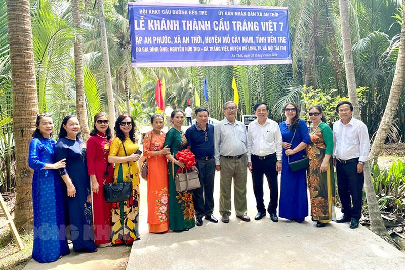Chủ tịch UBND tỉnh Bến Tre Trần Ngọc Tam (thứ 4 từ phải sang) cùng các đơn vị tham dự lễ khánh thành cầu Tráng Việt 7.