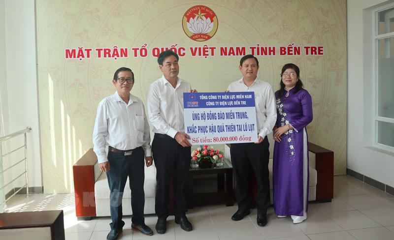 Phó giám đốc Công ty Điện lực Bến Tre Võ Thanh Khiết trao biểu trưng ủng hộ đồng bào miền Trung.