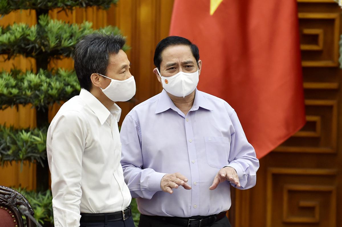 Thủ tướng Phạm Minh Chính trao đổi với Phó thủ tướng Vũ Đức Đam tại cuộc làm việc. Ảnh: VGP/Nhật Bắc