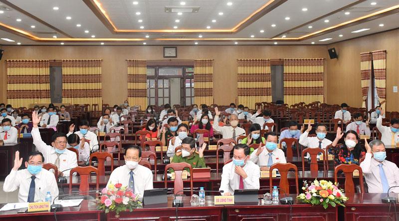 Các đại biểu biểu quyết thông qua Nghị quyết tại kỳ họp.