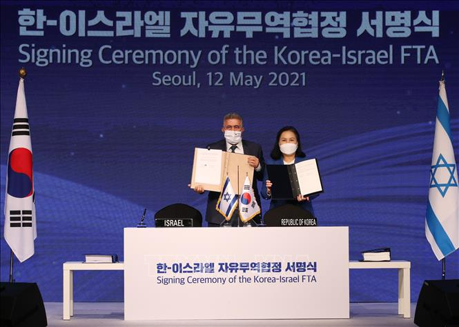 Bộ trưởng Thương mại Hàn Quốc Yoo Myung-hee (phải) và người đồng cấp Israel Amir Peretz (trái) tại lễ ký ở Seoul, Hàn Quốc, ngày 12-5-2021. Ảnh: YONHAP/TTXVN
