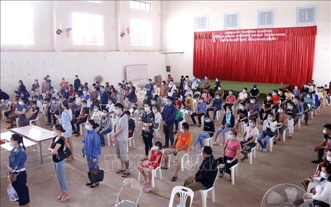 Rất đông người dân thủ đô Viêng Chăn đến các trung tâm xét nghiệm dã chiến để chờ được xét nghiệm. Ảnh: Phạm Kiên/Pv TTXVN tại Lào
