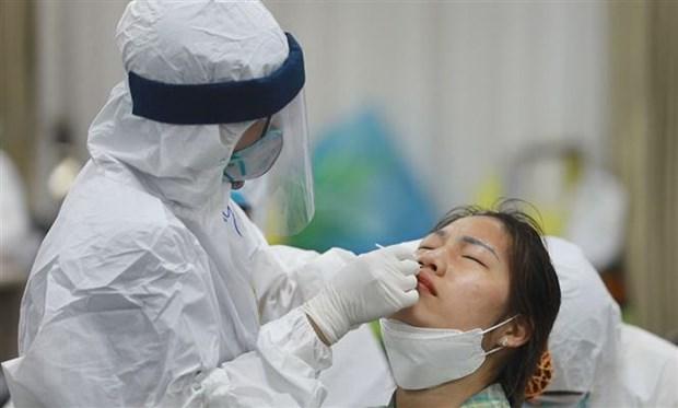 Lực lượng y tế lấy mẫu xét nghiệm cho công nhân Công ty trách nhiệm hữu hạn Samsung Electronics Việt Nam. Ảnh: TTXVN phát