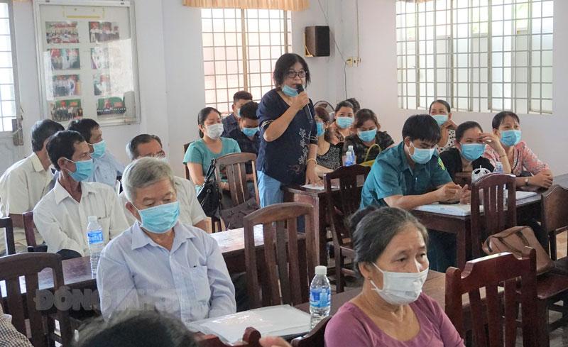 Cử tri huyện Thạnh Phú phát biểu ý kiến tại buổi tiếp xúc. Ảnh: Quốc Hùng