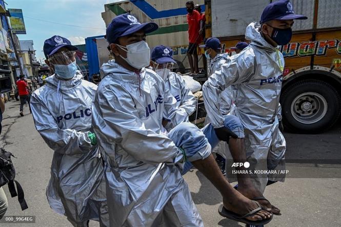 Cảnh sát bắt giữ người không đeo khẩu trang, vi phạm các biện pháp phòng dịch COVID-19 tại Colombo, Sri Lanka. Ảnh: AFP/TTXVN