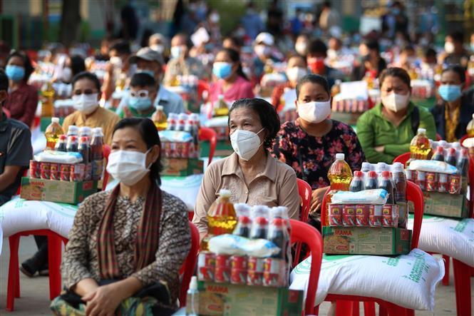 Người dân nhận thực phẩm cứu trợ của chính quyền địa phương tại Phnom Penh, Campuchia, ngày 11-5-2021. Ảnh: THX/TTXVN