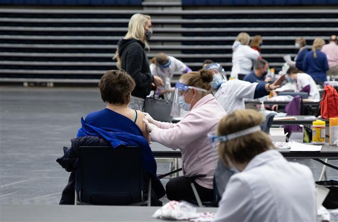 Nhân viên y tế tiêm vaccine phòng COVID-19 cho người dân tại Dayton, Ohio, Mỹ, ngày 10-2-2021. Ảnh: AFP/ TTXVN
