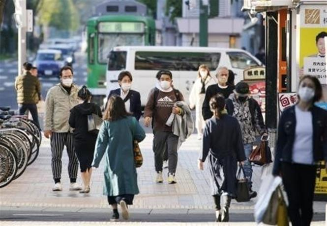 Người dân đeo khẩu trang phòng dịch COVID-19 tại Hokkaido, Nhật Bản ngày 14-5-2021. Ảnh: Kyodo/TTXVN