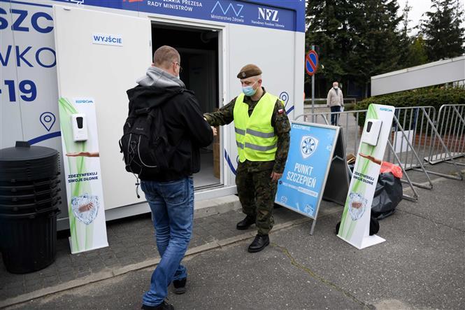 Một điểm tiêm chủng vaccine ngừa COVID-19 tại Poznan, Ba Lan. Ảnh: PAP/TTXVN