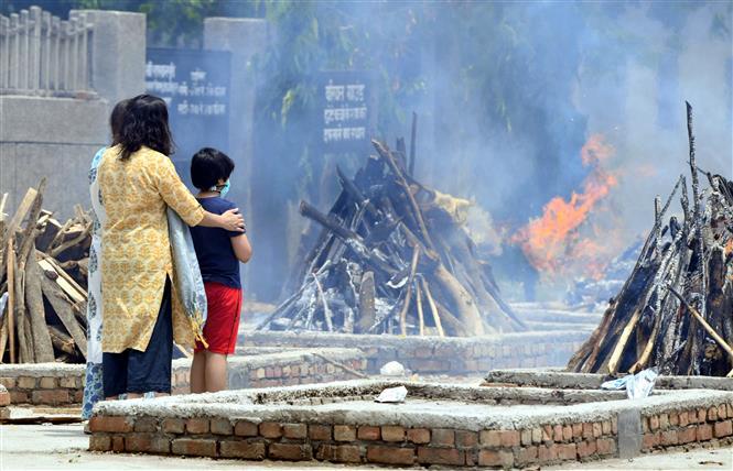 Hỏa táng thi thể bệnh nhân COVID-19 tại New Delhi, Ấn Độ, ngày 12-5-2021. Ảnh: THX/ TTXVN