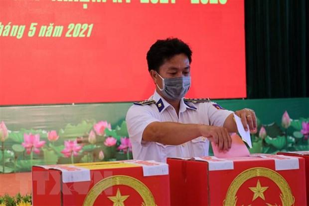 Cán bộ, chiến sĩ bỏ phiếu bầu tại Trụ sở Cảnh sát biển Vùng 3. Ảnh: Đoàn Mạnh Dương/TTXVN