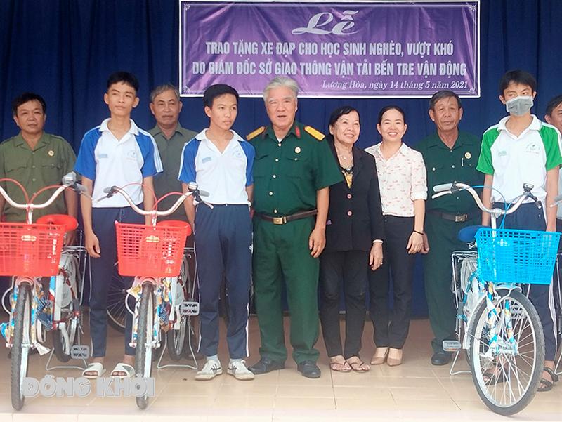 Trao xe đạp cho các em học sinh Trường THPT Nguyễn Thị Định.