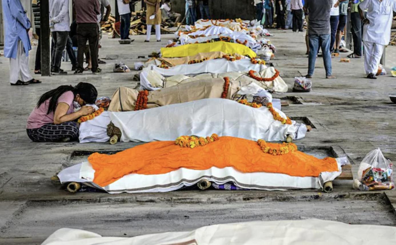 Thi thể nạn nhân COVID-19 bên ngoài một lò hoả táng ở New Delhi. Ảnh: India Today